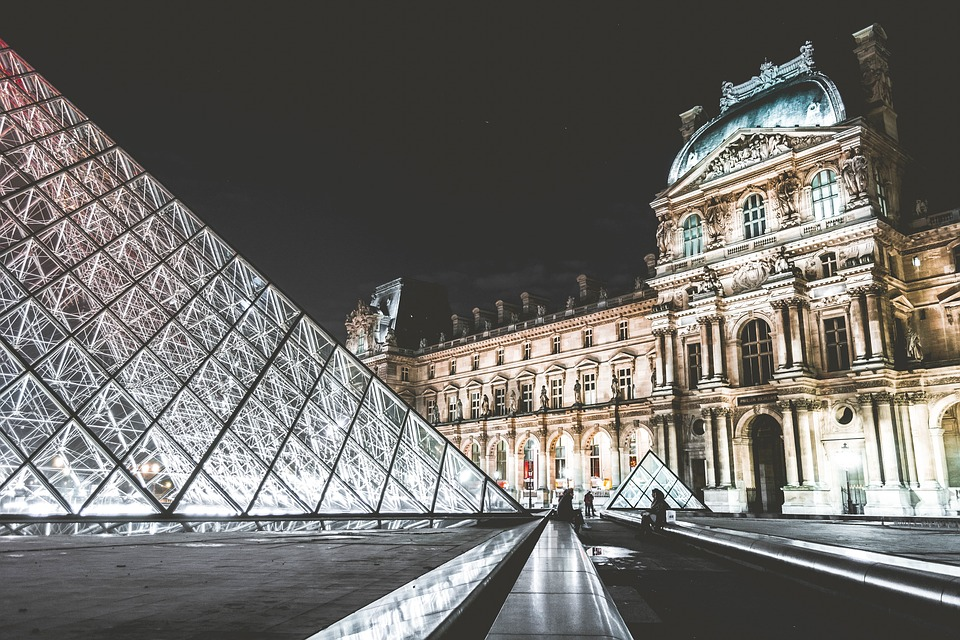 go to louvre on art educational tour